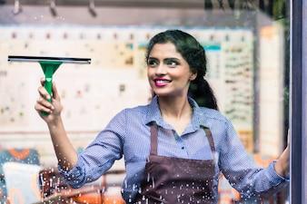 インドの従業員の窓拭き