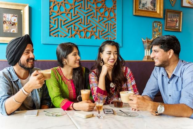 インドの民族飲むカフェブレークコーヒーティーコンセプト