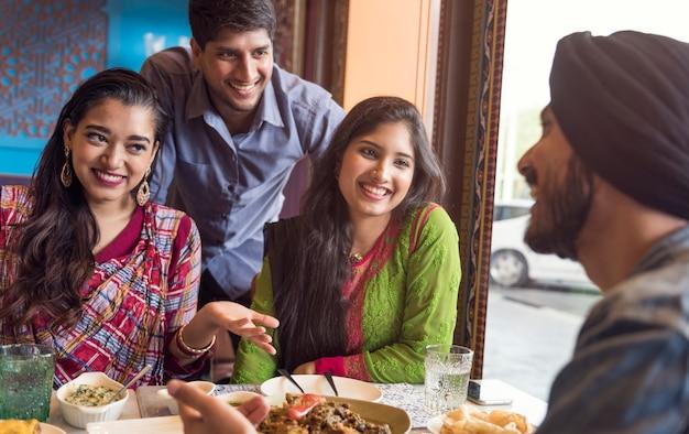 インドの民族食べ物roti naan curry concept