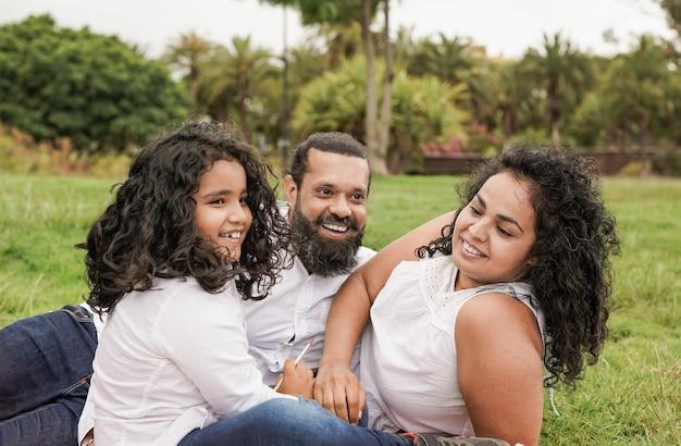 インドの家族は都市公園で一日を楽しむ-ヒンドゥー教の父、母と息子の屋外