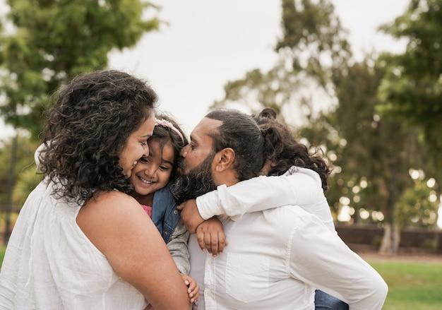 도시 공원에서 즐거운 시간을 보내는 인도 가족 - 힌두교 부모와 아이들은 야외에서 하루를 즐깁니다.