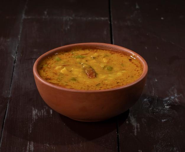 빈티지 나무 배경에 인도 유명한 요리 dal tadka