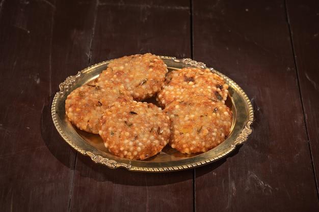 インドの有名なストリート断食レシピサブダナヴァーダまたはピーナッツ豆腐チャツネとサゴ揚げケーキ