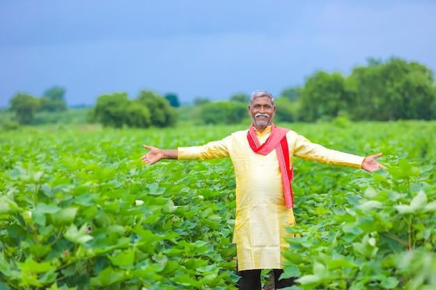 綿花畑のインドの農民