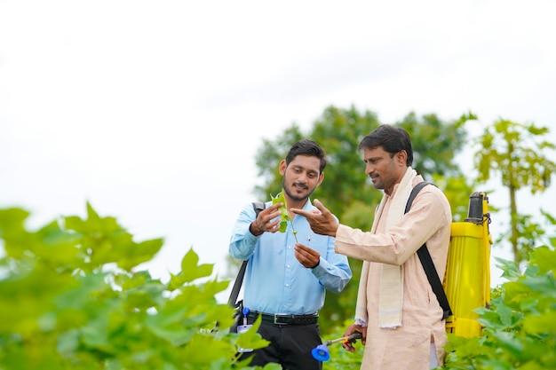 인도 농부 농장에서 농학자와 토론하고 정보 수집