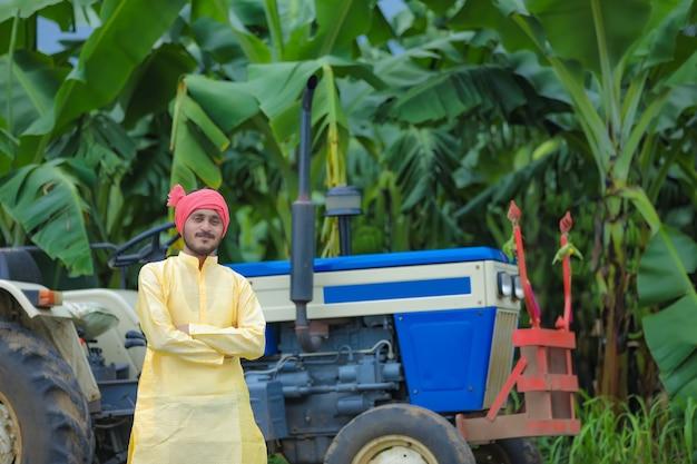 Индийский фермер портрет с трактором