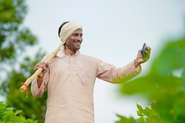 緑の農業分野で自分撮りをしているインドの農民。