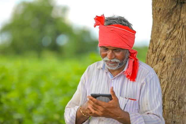 農業分野で携帯電話を使用してインドの農家