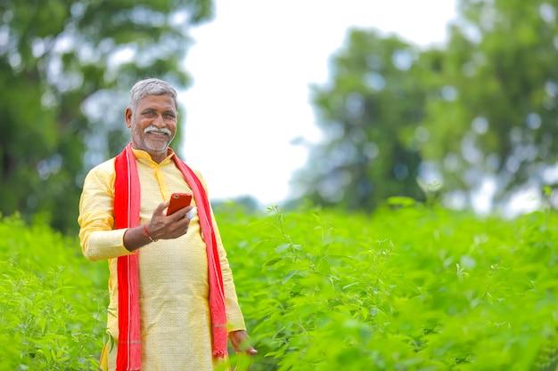 農業分野で携帯電話を使用しているインドの農民