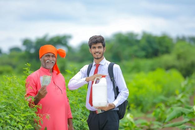 フィールドで農学者とインドの農民