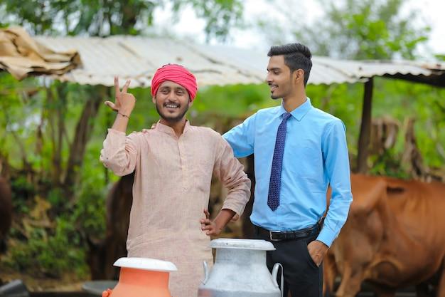 그의 가축 농장에서 경제학자와 인도 농부