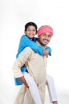 흰색 배경에 그의 아이와 인도 농부
