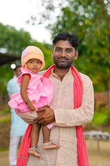 그의 어린 딸과 함께 인도 농부