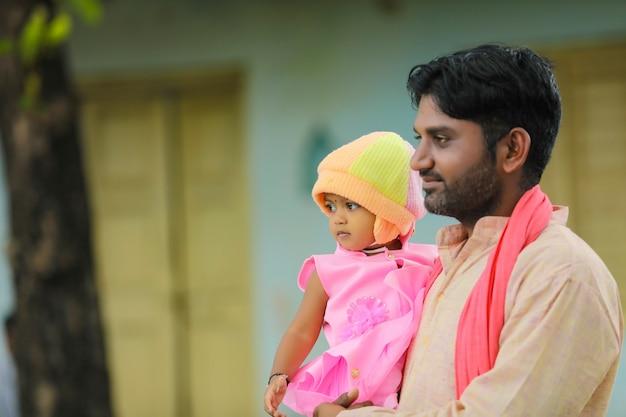 그의 어린 딸과 함께 인도 농부입니다.
