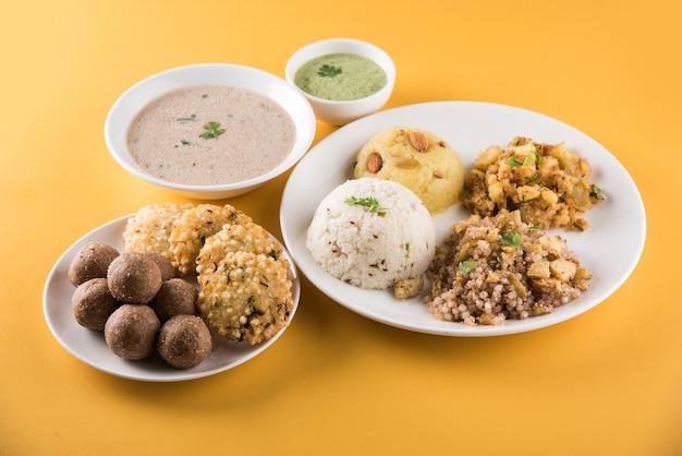 インドの断食レシピまたはupwasfood、navratri、maha shivratri、ekadasi、chaturthi、gaurivratの場合。カラフルまたは木製の背景の上にセラミック食器でお召し上がりいただけます。セレクティブフォーカス
