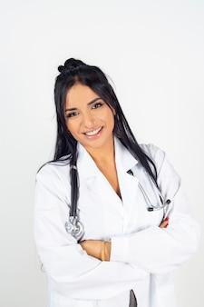 Индийская женщина-врач в белом халате со стетоскопом.