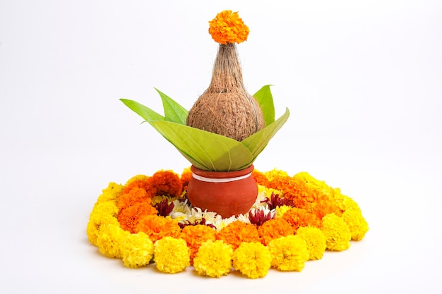 インドのお祭りakshayatritiyaコンセプト:土鍋に緑の葉を持つ装飾的なココナッツ