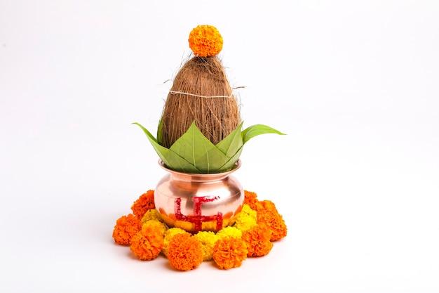 インドのお祭りakshayatritiyaコンセプト:ココナッツと花の装飾と葉の装飾的なカラッシュ