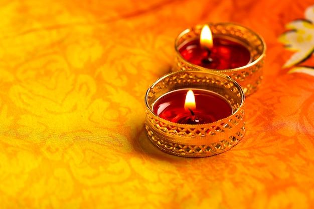 インドのお祭りディワリ祭、暗い背景にキャンドル