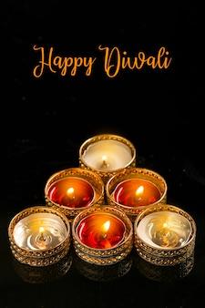 Индийский фестиваль дивали, свеча на темном фоне