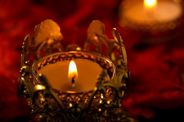 Индийский фестиваль дивали, свеча на темноте