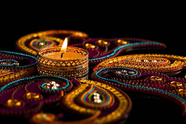 Индийский фестиваль дивали, свечи на темноте
