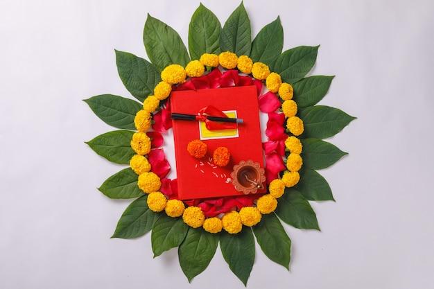 インドの祭典ディワリ祭お祝い、赤い色の会計ノートとdiya