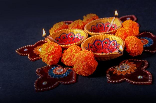 인도 축제 디 왈리, 디 왈리 램프 및 꽃 Rangoli 프리미엄 사진