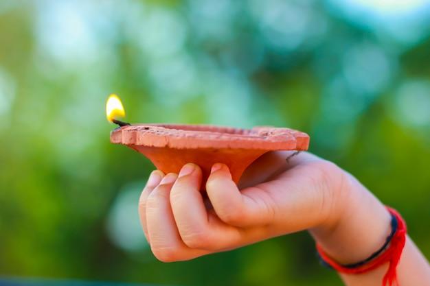 Индийский фестиваль дивали с лампой в руке