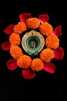 インドの祭りディワリ祭、石油ランプと暗い花のデザイン