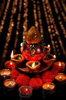 Индийский фестиваль дивали, масляная лампа на темном фоне