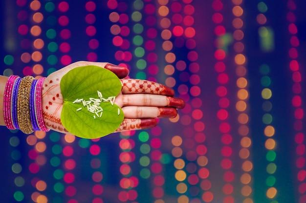Индийский фестиваль dussehra, зеленый лист апта в руке