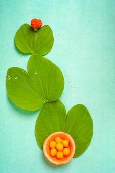 Индийский фестиваль душера, зеленый лист и рис