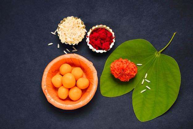 Индийский фестиваль душера, зеленый лист, рис и цветы