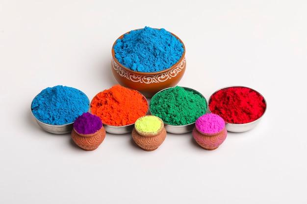 Индийский фестиваль холи, многоцветная чаша на белом фоне