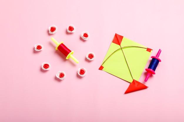 インドのお祭りマカールサンクランティのコンセプト、カラフルな凧、ひもと甘いゴマの種のボール。