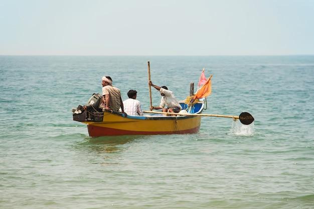Индийские рыбаки в деревянной лодке гокарна карнатака индия