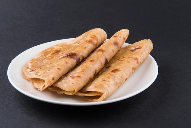 플레인 파라타(plain paratha) 또는 로티(roti)로 알려진 인도 납작한 빵은 1/4 접시에 제공되며 선별적인 초점