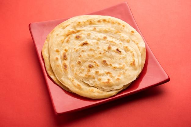 小麦粉またはマイダ粉を使用した層で構成された、lacchaparathaと呼ばれるインドのフラットブレッド