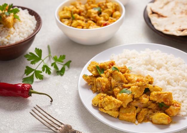 Angolo alto di disposizione del cibo indiano