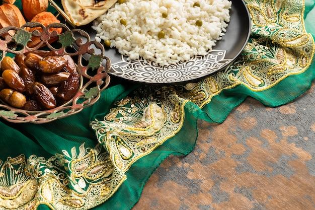 Ассортимент индийской еды под высоким углом