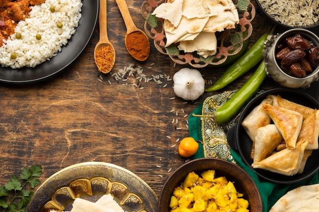 Assortimento di cibo indiano con vista dall'alto di sari