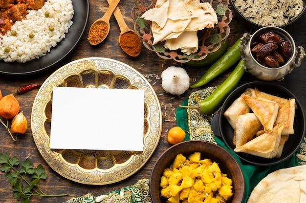 Assortimento di cibo indiano con sari
