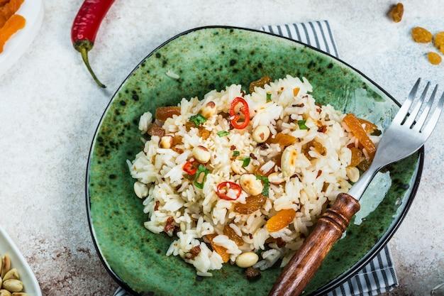 인도 음식 비리 야니 쌀과 카레. 라마단 음식. 인도 쌀. 인도 음식 개념입니다. 아라비아 요리. 땅콩과 칠리 고추. 건포도, 말린 살구