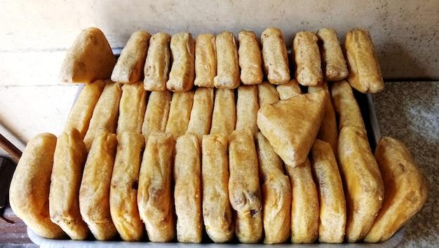 サービングのために販売されているインド料理のパンパコラ