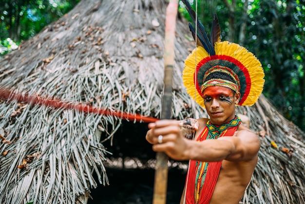 Индеец из племени патаксã³ с луком и стрелами
