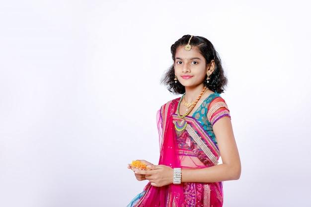 ディワリ祭を祝うインドの女の子