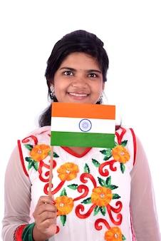 Индийская девушка стоит с индийским флагом или триколором на белом, девушка держит индийский флаг