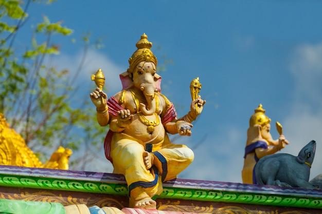 Индийские товары в храме,
