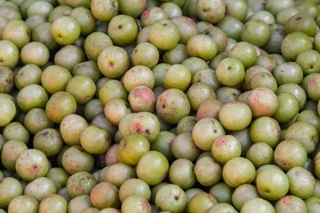 Индийский крыжовник (phyllanthus emblica), дерево малакка или плод амлы. плоды emblic для продажи на рынке.